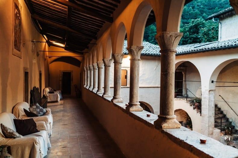 loggiato con divani - relais hotel abbazia umbria